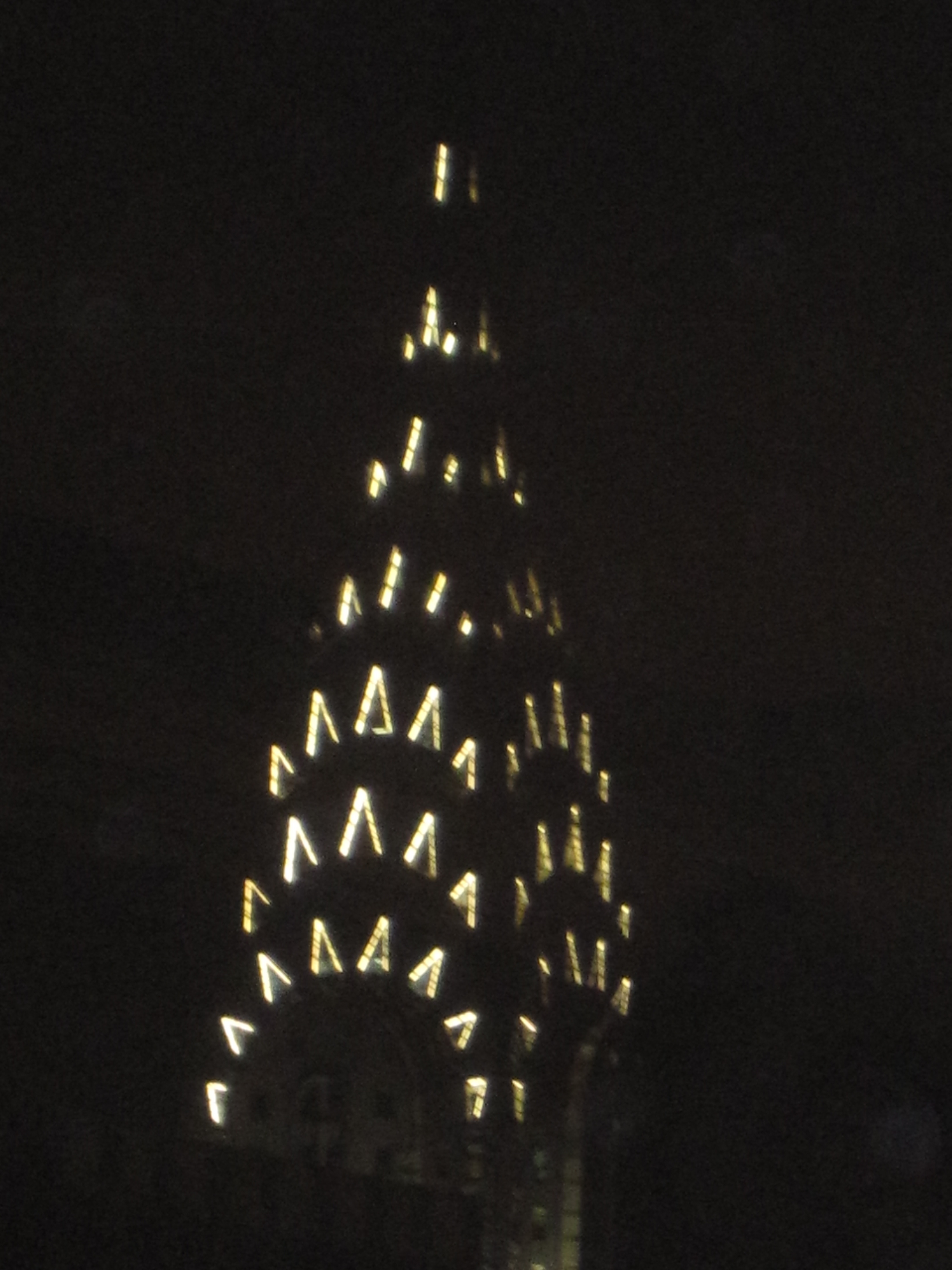 photo top of Chrysler building at night | Polloplayer