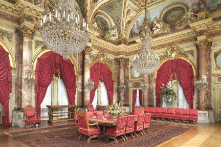 The dining room at The Breakers (image from antiquesjournal.com)