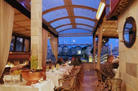 It's even more fun to eat here when you arrive by boat. (image from eatatthedock.com)