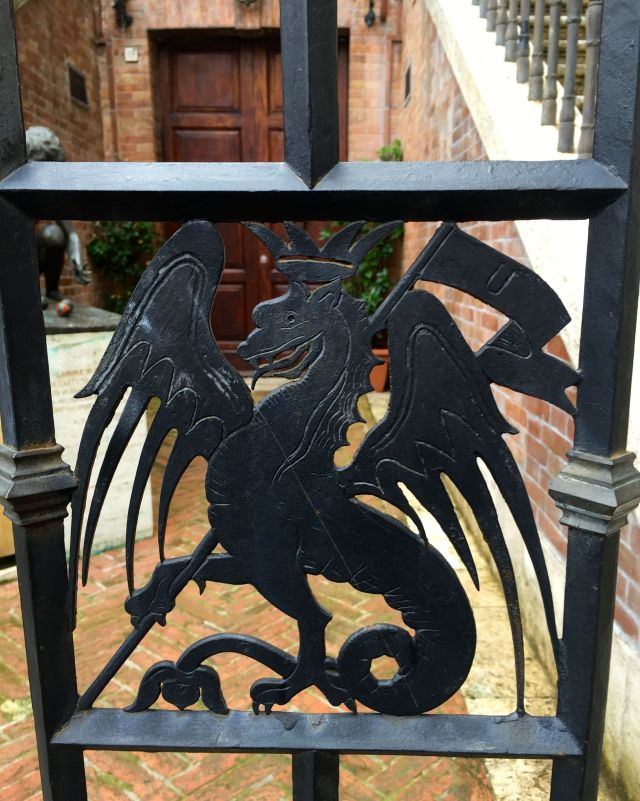 This gate declares a resident's allegiance to the Dragon contrada.
